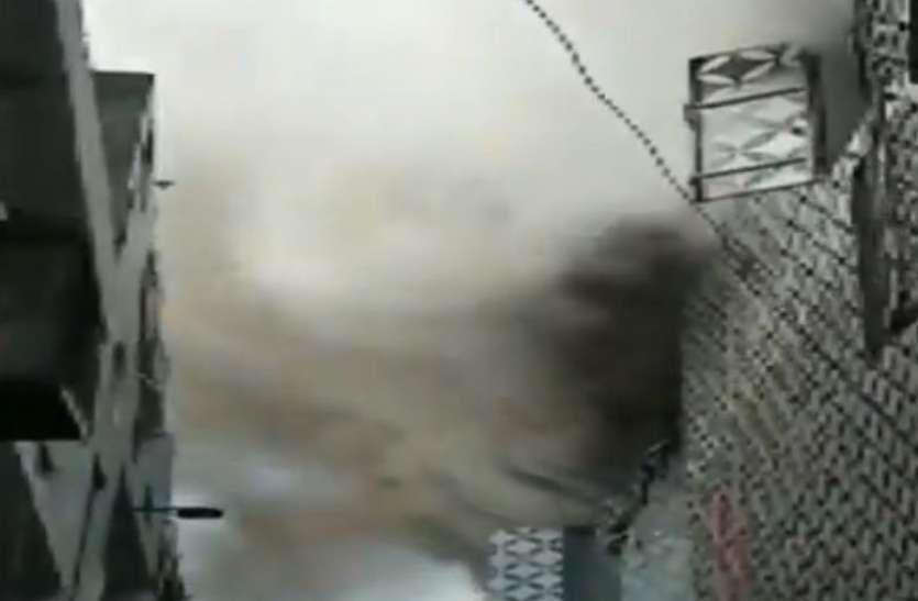 दिल्ली के दिलशाद गार्डन की एक फैक्ट्री में लगी भीषण आग, मौके पर जुटीं दमकल की 25 गाड़ियां