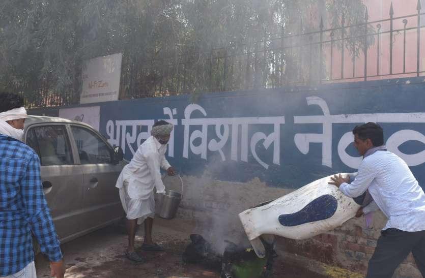 कचरा पात्र में लगी आग, मोटरसाइकिल को पहुंचा नुकसान