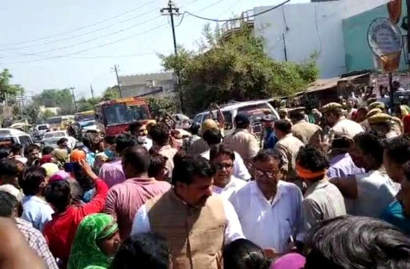 फैक्ट्री ब्लास्ट: मृतकों के परिजनों ने शव रखकर लगाया जाम, भाजपा विधायक पति ने अर्थी को दिया कंधा