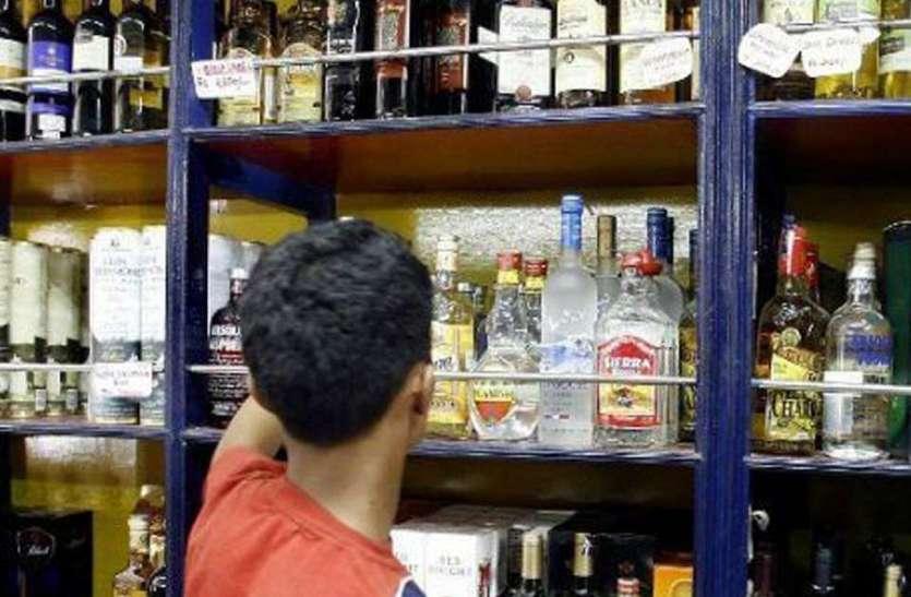 शराब की दुकान हटाने की मांग, ग्रामीणों ने दिया विधायक को ज्ञापन