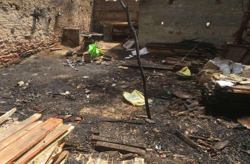 सेनेट्री गोदाम और लकडिय़ों की टाल में आग से लाखों को माल जलकर हुआ राख