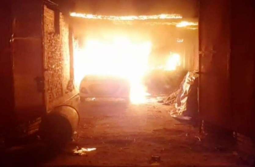 चूड़ी गोदाम में लगी भीषण आग, एक कार जलकर हुई खाक