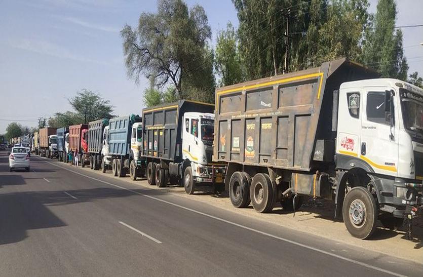 ट्रक ऑपरेटरों ने मेगा हाइवे पर लगा दिया जाम