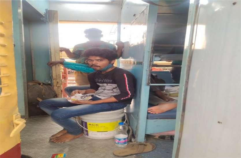 मुंबई, पुणे से आने वाली ट्रेनों में नहीं पैर रखने जगह, गेट पर खड़े होकर कर रहे यात्रा