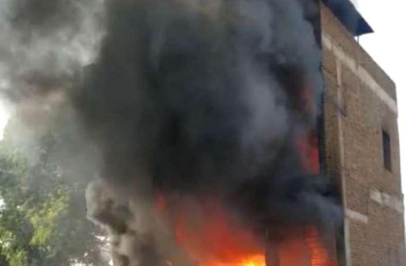 फर्नीचर गोदाम में लगी आग, दो कर्मचारी घायल