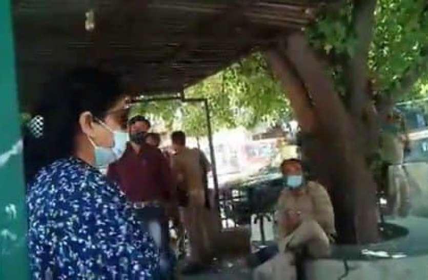मास्क पर रोका तो महिला डॉक्टर ने बीच सड़क पुलिस वालों को दिखाया आईना