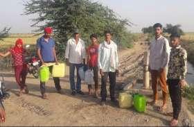 पानी के लिए काटना पड़ रहा छह किलोमीटर का फेरा