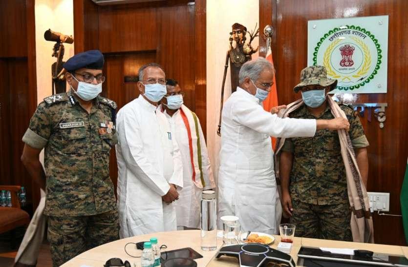 CM भूपेश ने नक्सलियों के कब्जे से रिहा हुए जवान और मध्यस्थ टीम से की मुलाकात