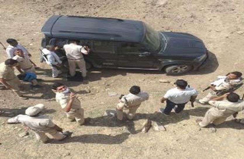 दो कांस्टेबलों के हत्यारे रातभर जंगल में छिपते रहे, सुबह पुलिस को मिली एक संदिग्ध कार,तस्करों का सुराग नहीं