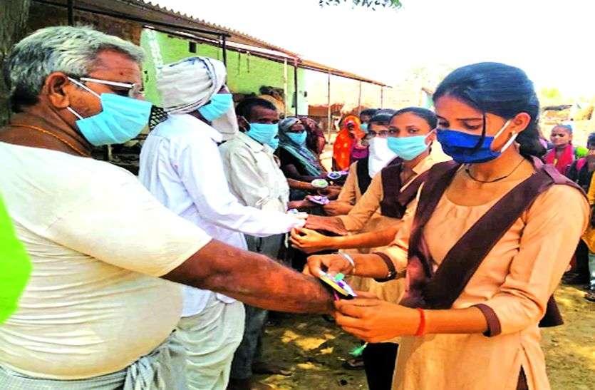 विपरपुर की छात्राओं ने वैक्सीन रक्षा सूत्र बांधकर दिया वैक्सीनेशन का संदेश