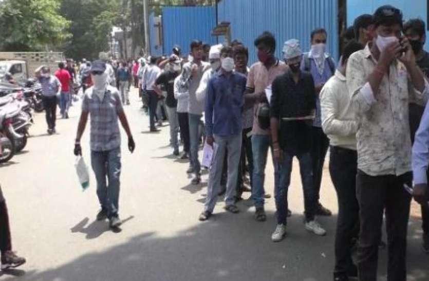 रेमडेसिविर की किल्लत, इंजेक्शन के लिए सूरत में BJP ऑफिस के बाहर लगी लंबी कतार