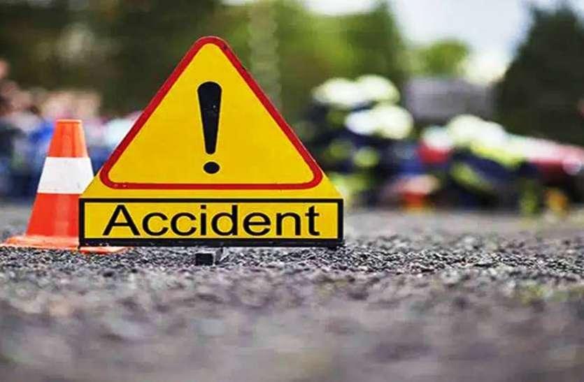 यमुना एक्सप्रेस वे पर नोएडा से आगरा आ रही कार टायर फटने से पलटी, दो की मौत एक घायल