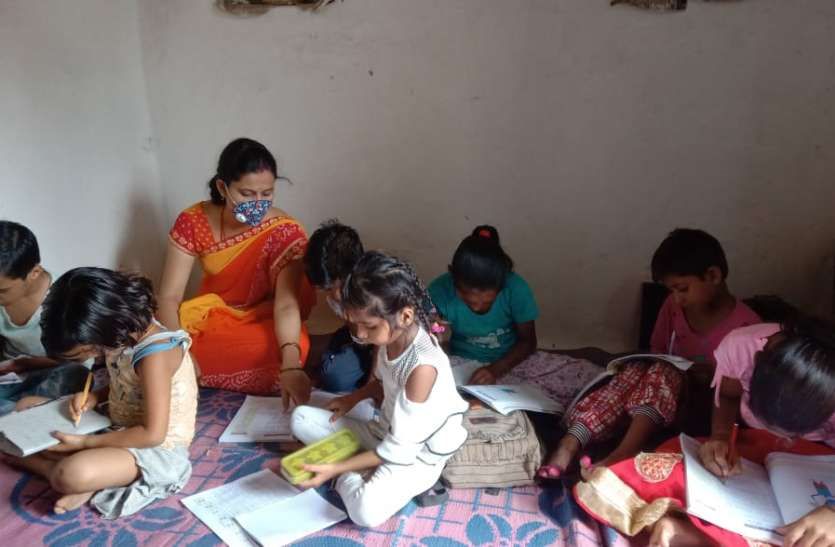 संक्रमण के चलते स्कूल बंद होने से रेडियो-टीवी से हो रही ऑनलाइन पढ़ाई