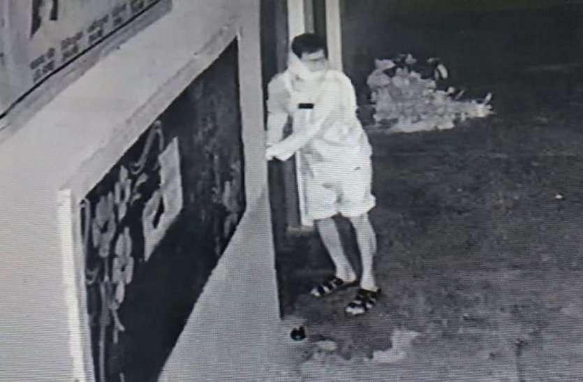 लॉकडाउन में फिल्मी स्टाइल में स्कूल का ताला तोड़कर घुसा चोर, तीन सीसीटीवी कैमरा चुराया पर एक में हो गया कैद