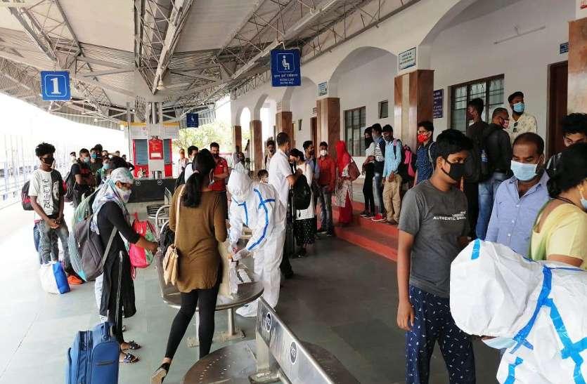 अंबिकापुर रेलवे स्टेशन में ट्रेन से उतरे 230 यात्रियों में 15 निकले कोरोना पॉजिटिव, स्टेशन पर ही हुई जांच