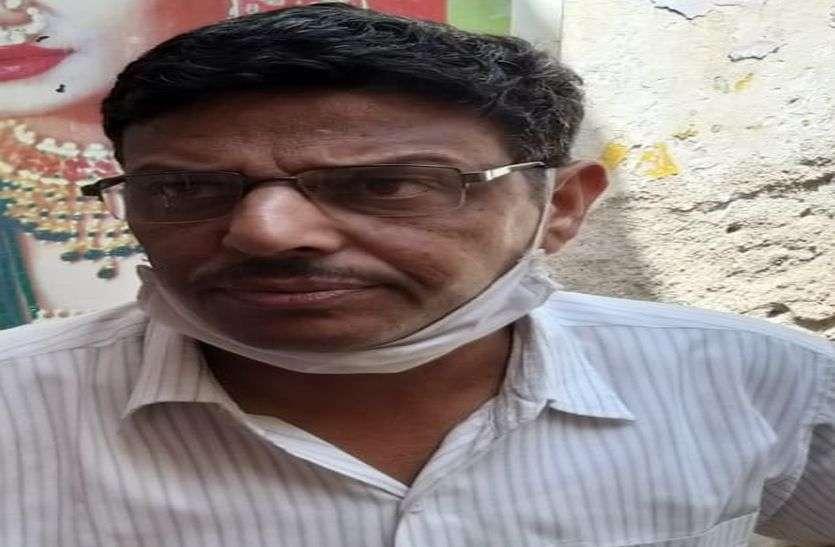 VIDEO: बाइक के सामने एक युवक आया और पीछे से गायब हो गए चार लाख रुपए