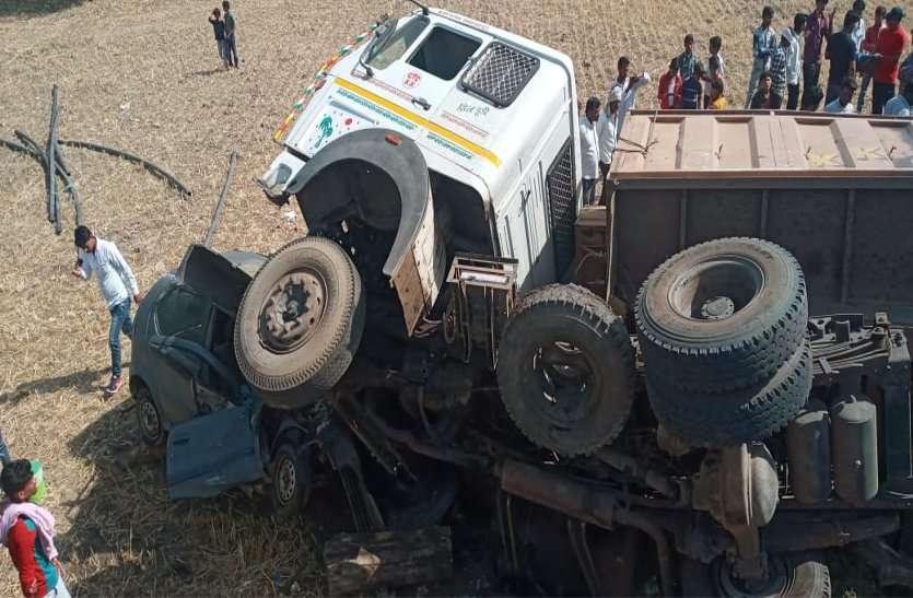कार को घसीटते हुए दस फीट नीचे खेत में जा गिरा ट्रक