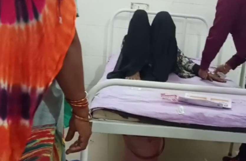 अस्पताल में यह कैसा खिलवाड़, महिलाओं को लिटाकर खींची जा रही फोटो, देखें वीडियो