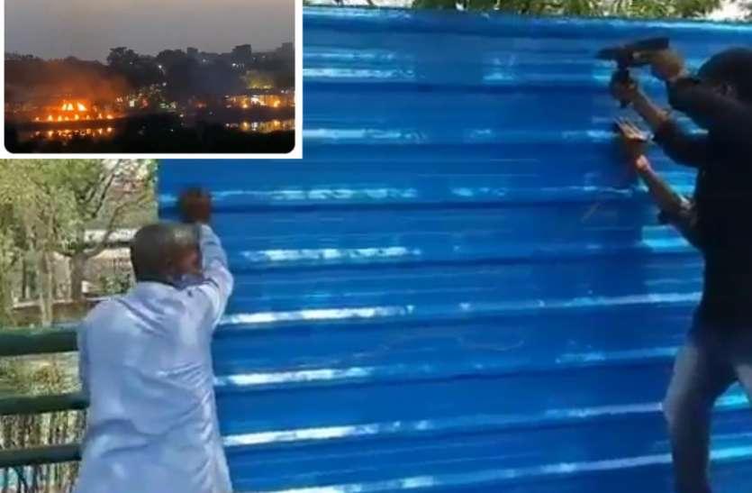 शवदाह गृह में बनाई गई टीन शीट की दीवार, बड़ी संख्या में जलती चिताओं के वायरल वीडियो के बाद उठाया कदम