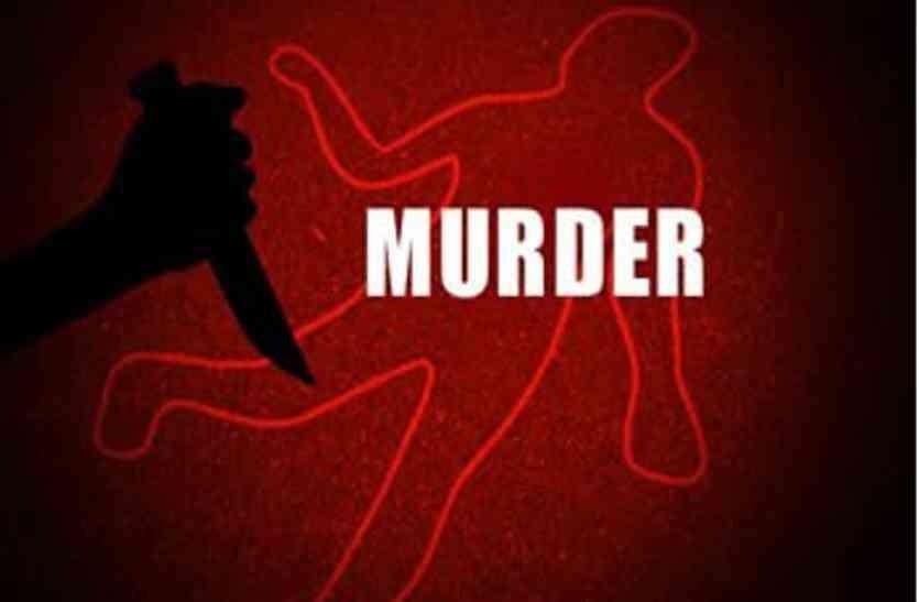 खून से सनी कुल्हाड़ी लेकर थाने पहुंचा युवक और बोला मैंने वृद्ध की हत्या कर दी