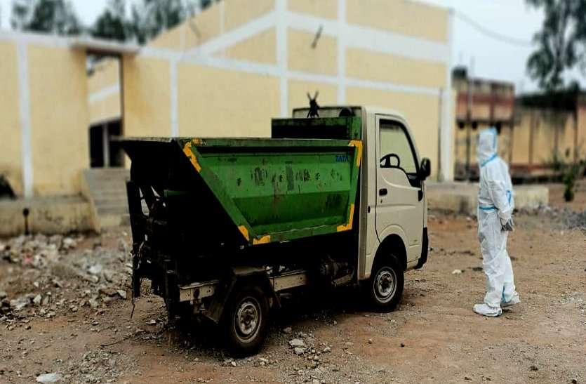 कोरोना से मौत के बाद शवों की बेकदरी, शव वाहन नहीं मिला तो कचरा गाड़ी में भरकर ले गए श्मशान