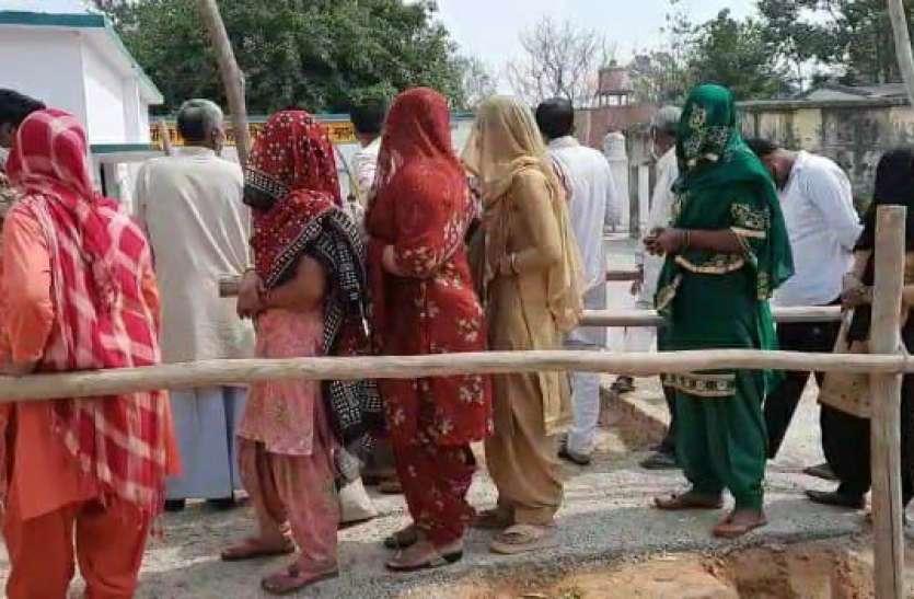 UP Panchayat Poll Voting LIVE : गांव की सरकार बनाने में वोटरों में उत्साह, 11 बजे तक 25 प्रतिशत मतदान