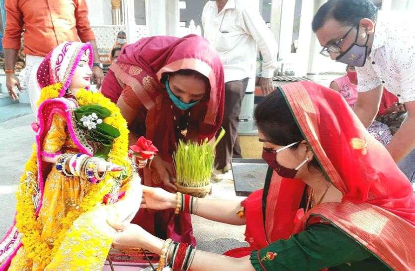 Gangaur festival : मां की बाडिय़ां खोली, मास्क पहनकर पहुंची महिलाएं, सामाजिक दूरियों का पालन कर किया पूजन