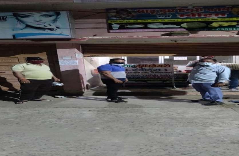 तीन दुकानों के खिलाफ प्रशासन ने की कार्रवाई