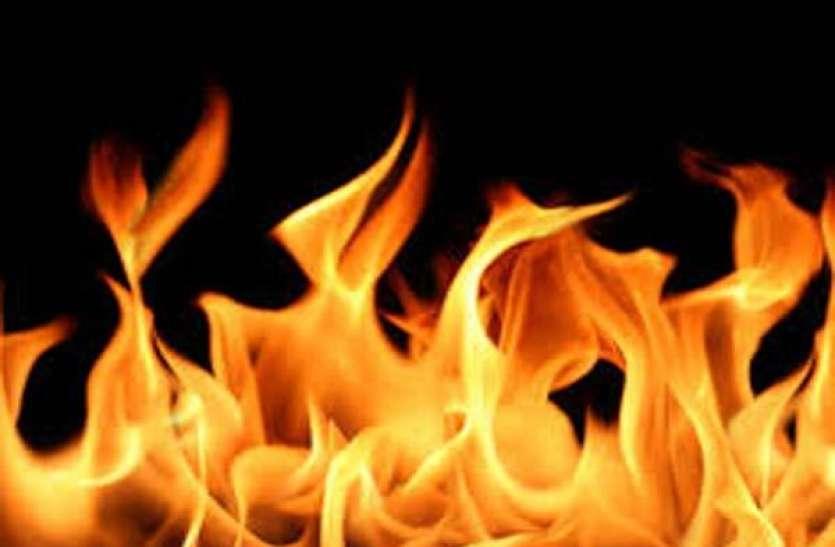 घर में अकेली सो रही थी दो मासूम, अचानक बिस्तर में लग गई आग, दिखा खौफनाक मंजर