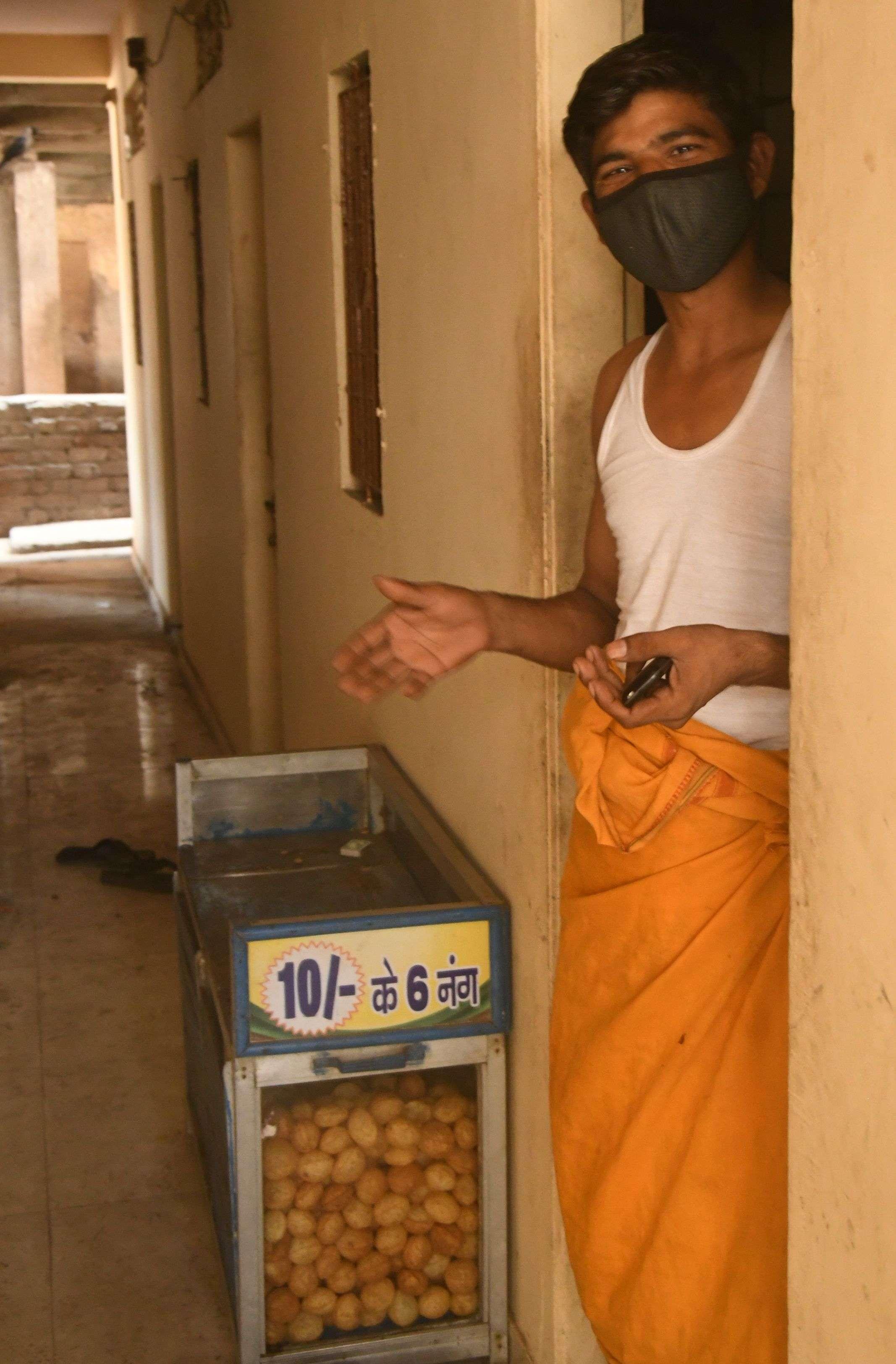 COVID 19 IN SURAT : श्रमिक बस्तियों में पसरने लगा सन्नाटा, आधे से अधिक गए गांव, बचे हुए भी परेशान