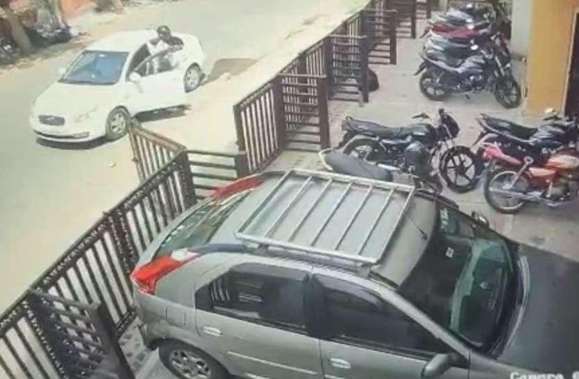 जयपुर में कार में हैलमेट पहनकर क्यों बैठा था यह आदमी... बाहर निकला तो खुला राज