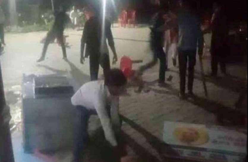 हाथरस में गुस्साए ग्रामीणों ने थाना घेरा, जमकर तोड़फोड़ पुलिसकर्मियों को पीटा