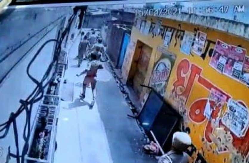 पुलिस ने घर के बाहर खड़े युवक को दौड़ा-दौड़ाकर पीटा