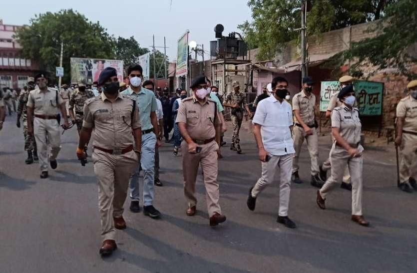 शहर की तंग गलियों में पैदल मार्च कर जिला कलेक्टर, आईजी और एसपी ने लिया वीकेंड कर्फ्यू का जायजा'
