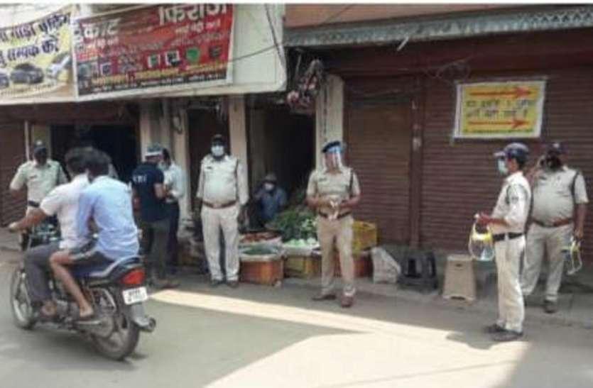 समझाइश के साथ पुलिस लगा रही जुर्माना, दुकानों को किया सील
