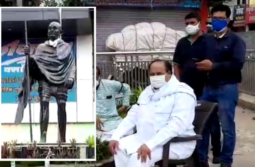 कोरोना मरीजों के इलाज के अभाव का मुद्दा : गांधी प्रतिमा के सामने अनिश्चितकालीन धरने पर बैठे कांग्रेस विधायक