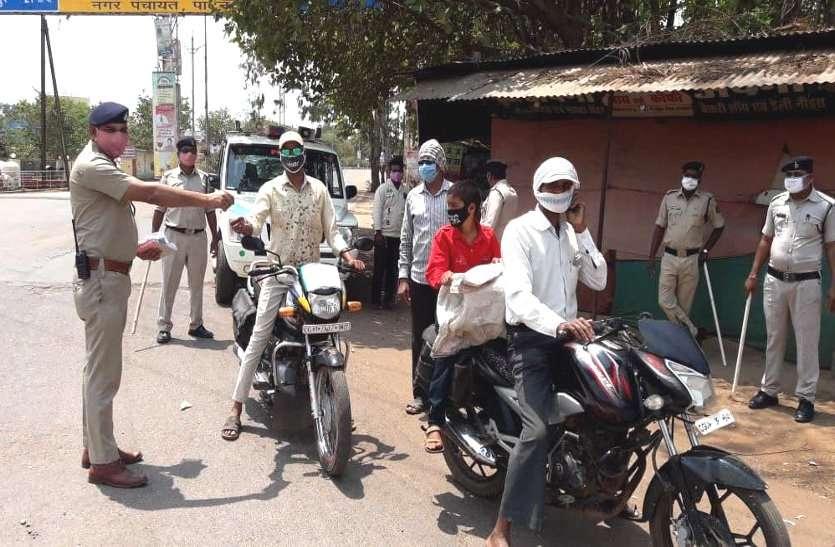 लॉकडाउन में बिना मास्क निकलना पड़ा महंगा, दुर्ग पुलिस ने पहले समझाया फिर 700 लोगों से वसूले 3 लाख 50 हजार रुपए