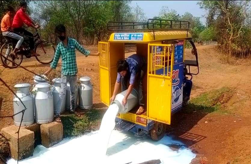 लॉकडाउन का हवाला देकर सरकारी दुग्ध संस्थान ने 6500 लीटर दूध बहा दिया नाले में, गरीबों ने कहा काश हमें पीने दे देते...