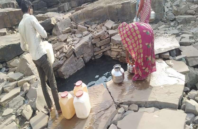 गर्मी में दम तोड़ रहे हैंडपंप, नलजल योजनाएं भी पड़ी बंद, पानी के लिए भटक रहे ग्रामीण