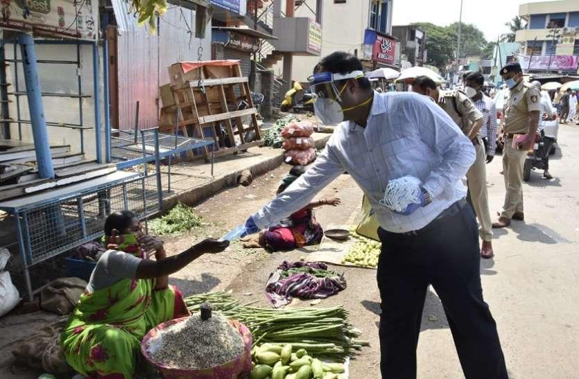बाजार में जिलाधिकारी और पुलिस आयुक्त ने लोगों को बांटे नि:शुुल्क मास्क