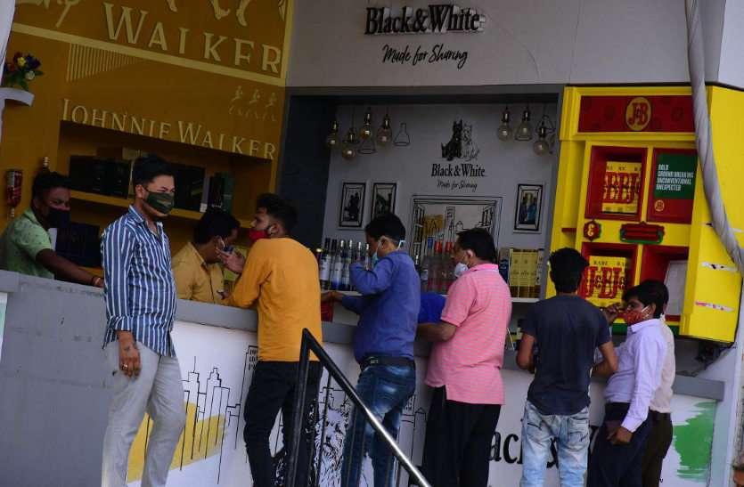 शराब जरूरी सेवाओं में शामिल, सरकार के निर्णय के बाद बाजार रहे बंद खुली शराब दुकानें