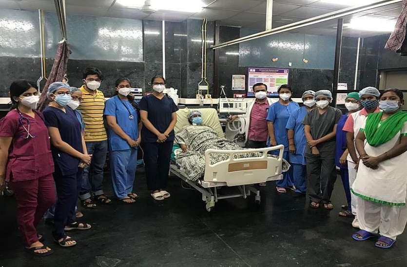 गर्भ में बच्चे की मौत के बाद 16 यूनिट रक्त चढ़ाकर बचाया