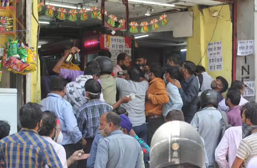 Coronavirus: दिल्ली में शराब की दुकानों पर उमड़ी लोगों की भीड़, ताक पर कोरोना के नियम