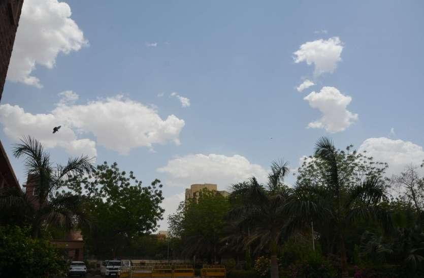 घने बादलों के साथ आज चलेगी तेज हवा, पारा गिरेगा
