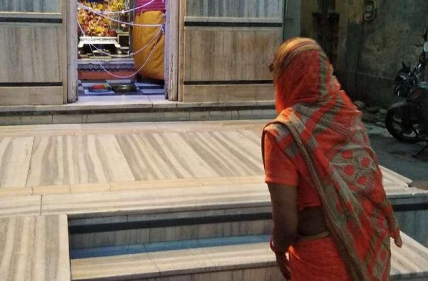 मंदिरों में सन्नाटा, घर-घर हो रही देवी की आराधना
