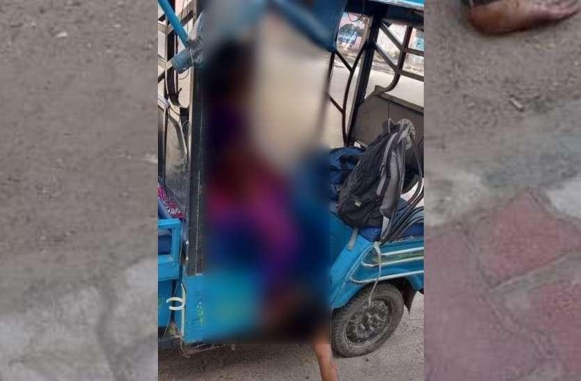 कोरोना काल की झकझोर देने वाली तस्वीर, बिना इलाज मर गया बेटा, ई रिक्शा में लाश ले जाने को मजबूर हुई मां