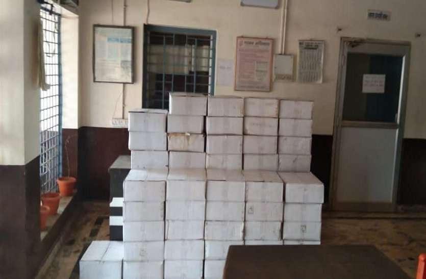 लॉकडाउन में सरकारी गाड़ी में शराब की तस्करी, पुलिस को देख भागे तस्कर, 44 पेटी अवैध शराब जब्त