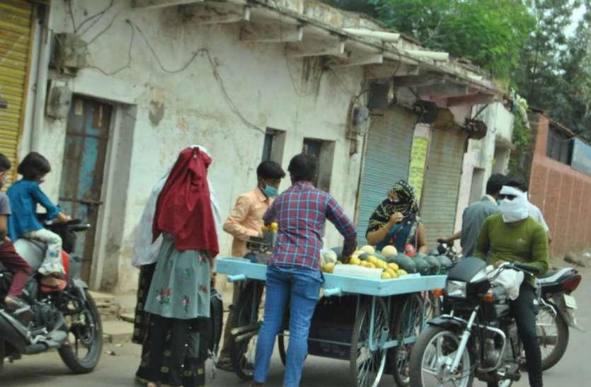 कोरोना कफ्र्यू ने बिगाड़ा रसोई का बजट, किराने के साथ-साथ सब्जियों और फलों के बढ़े दाम