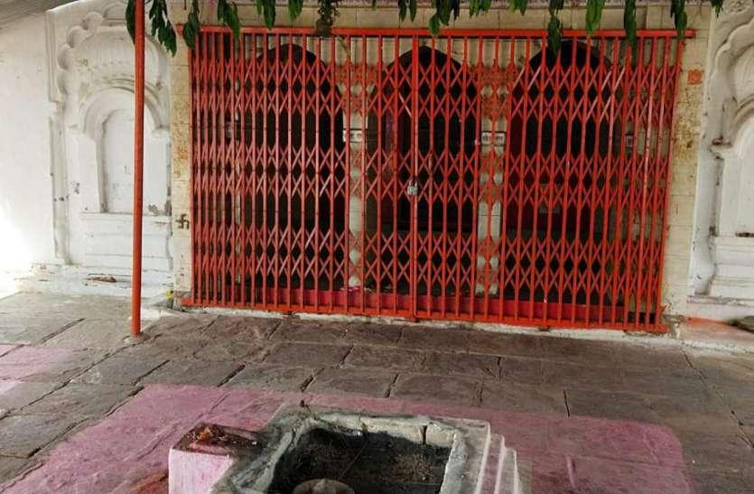 मंदिरों में छाया रहा सन्नाटा, घरों में मनाई खुशियां