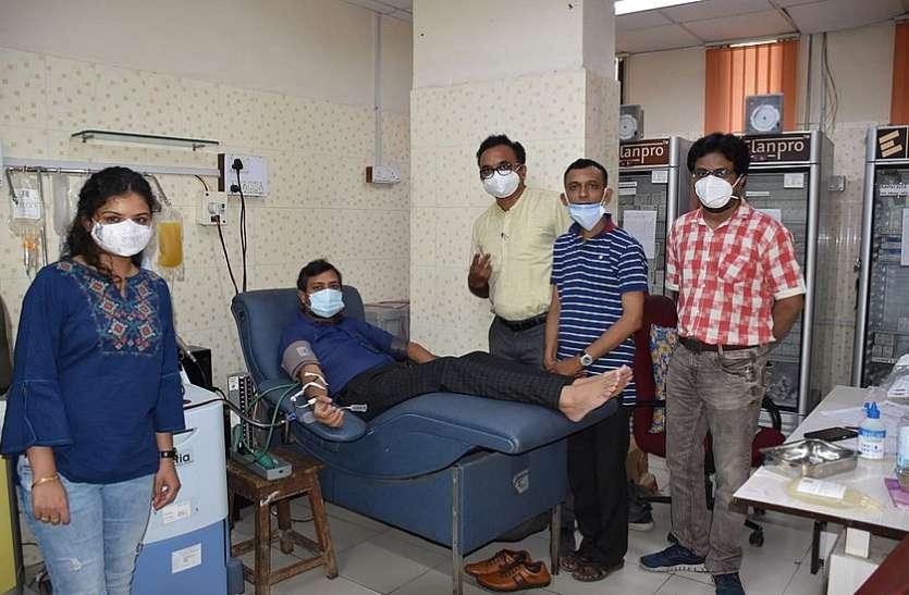 100 दिन के इलाज के बाद स्वस्थ हुए डॉ. संकेत ने किया प्लाज्मा दान